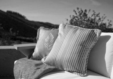 Dekor Halaman Luar Rumahmu Dengan Outdoor Cushions