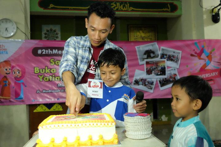 SIMBOLIS PEMOTONGAN KUE ULTAH Oleh Ketua Blogger Jakarta – Robit Mikhrojul Huda