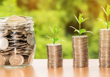 Memilih Investasi Terbaik Bagi para Pemula Investasi merupakan salah satu hal yang penting dalam pengelolaan keuangan. Dengan menjalankan investasi, Anda bisa mendapatkan nilai lebih dari uang yang Anda miliki tanpa perlu mengorbankan waktu atau tenaga sama sekali. Selain itu, investasi juga bisa menjadi cara untuk melindungi nilai uang yang Anda miliki dari inflasi yang selalu terjadi. Sayangnya, literasi seputar dunia investasi tidak didapat oleh setiap orang. Masih banyak orang-orang yang ragu untuk menjalankan investasi karena khawatir merugi atau bahkan terjebak penipuan. Jika Anda salah satu yang merasakan hal tersebut, maka beberapa tips investasi berikut ini bisa menjadi cara terbaik agar bisa berinvestasi dengan tenang Pilih Investasi dengan Modal Kecil Tidak ada satupun investor yang ingin merugi dalam menjalankan investasi. Tapi, kerugian bukanlah hal yang tidak mungkin terjadi mengingat setiap investasi memiliki risikonya masing-masing. Agar lebih tenang saat melakukan investasi pertama kalinya, maka sebaiknya pilihlah skema investasi yang bisa dijalani dengan modal kecil saja. Saat ini, beberapa platfom menawarkan investasi dengan modal yang kecil bahkan hingga 50 ribu Rupiah saja. Dengan modal yang kecil, Anda bisa meminimalisir risiko terganggunya kondisi keuangan pribadi karena porsi investasi yang cenderung kecil. Tips ini juga bisa menjadi cara untuk mengevaluasi apakah skema investasi yang telah Anda jalani benar-benar menguntungkan atau justru memiliki risiko kerugian yang lebih besar. Cek legalitas Platform Investasi Dalam memilih skema atau platform investasi, Anda tidak boleh sembarangan dengan memperhatikan potensi keuntungannya saja. Agar lebih aman dalam berinvestasi, sebaiknya cek terlebih dahulu apakah platform investasi yang akan Anda jalani telah legal atau terdaftar oleh Otoritas Jasa Keuangan (OJK). Sebab, adanya legalitas dari OJK menandakan bahwa suatu skema investasi benar-benar aman dan bukan merupakan money game. Sehingga, Anda b